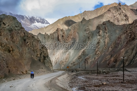 solo female cyclist in tibet