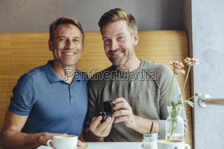portraet des schwulen paares mit hochzeitsring