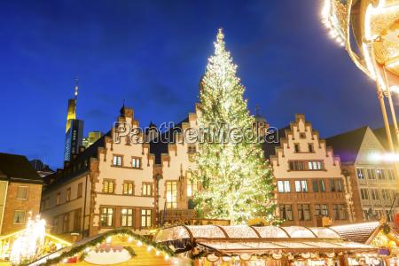 deutschland frankfurt weihnachtsbaum auf weihnachtsmarkt am