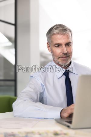 menschen leute personen mensch buero laptop