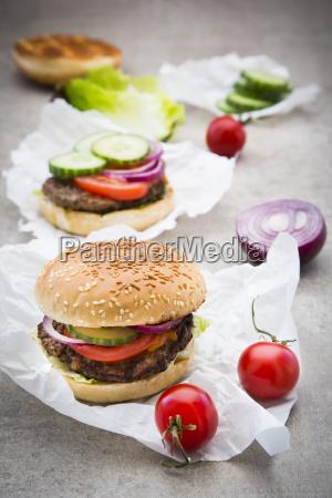 hausgemachte burger tomate rote zwiebel salat