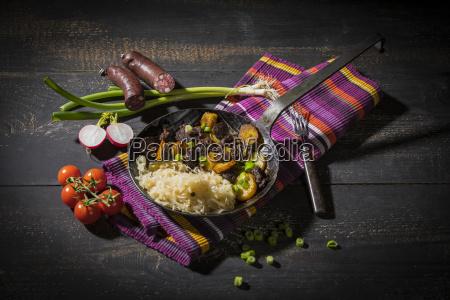 blunzngroestl bratwurst mit bratkartoffeln und sauerkraut