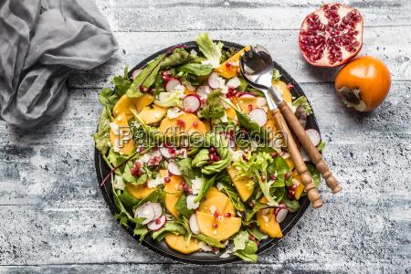 kaki salat mit rotem rettich granatapfel