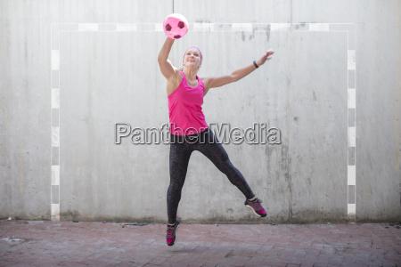 frau springt um einen ball zu
