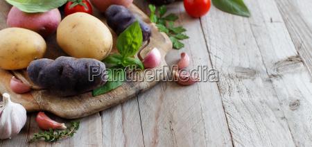 rohe kartoffeln und gemuese