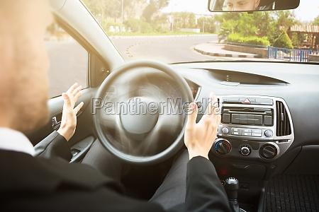 mann der auf selbstfahrer autositz sitzt
