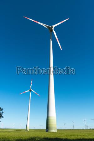 windenergieanlagen vor blauem himmel in deutschland