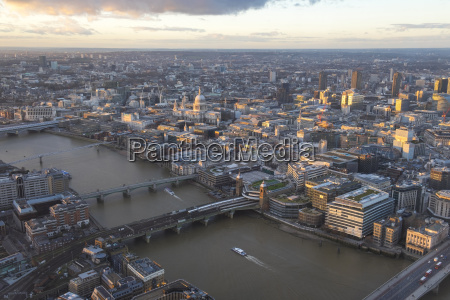 luftaufnahme von london mit bruecken ueber