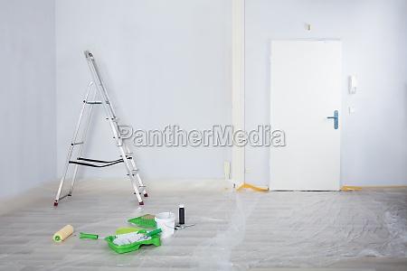 gemalter weisser raum mit leiter und