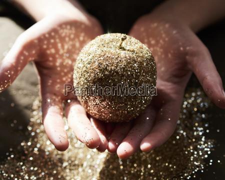 haende schroepfen goldenen glitzer apfel