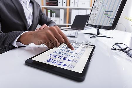 wirtschaftler der kalender auf digital tablet