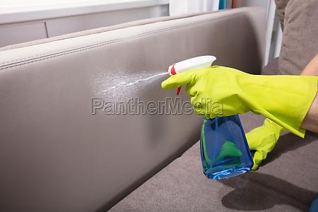 personen reinigungs sofa mit spruehflasche