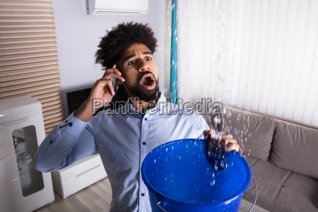 mann der klempner waehrend leckage water
