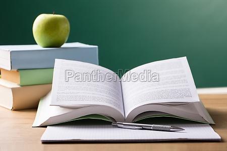 schullehrbuch auf schreibtisch