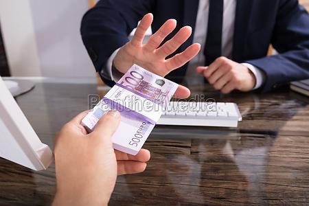 wirtschaftler der ablehnt bestechungsgeld vom partner