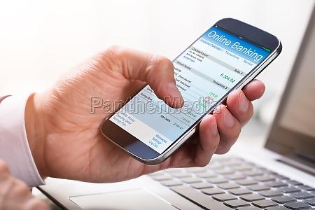 wirtschaftler der online banking auf smartphone