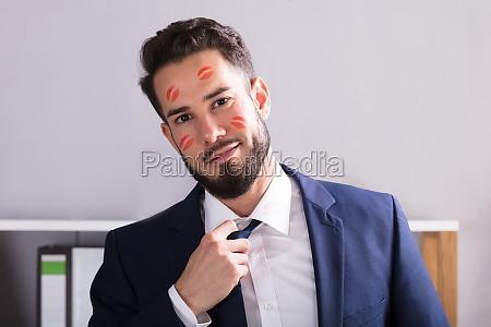 geschaeftsmann mit lippenstift kuss markiert auf