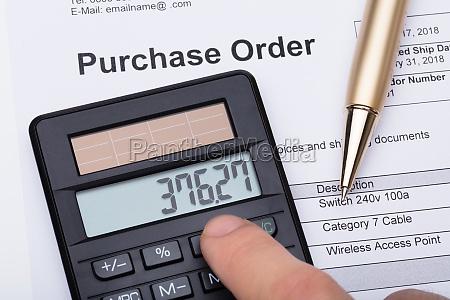 person die den rechner zum kauf