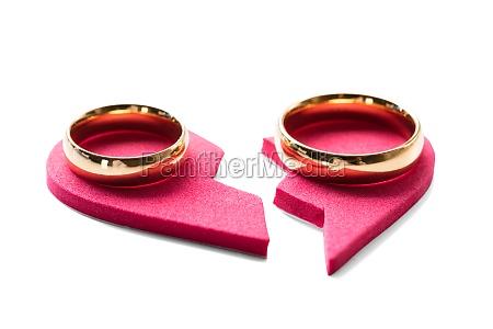 goldener ring auf rotem gebrochenem herzen