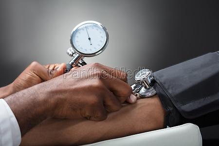 doktor der blutdruck misst