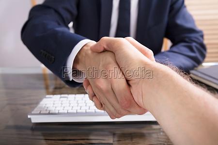 intervista mano mani stretta di mano