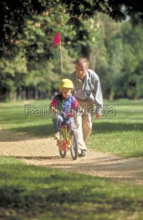 parkszene grossvater uebt mit seinem enkel