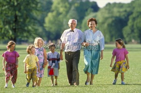 parkszene grosseltern gehen mit einer gruppe
