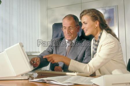 bueroszene senior manager und seine sekretaerin