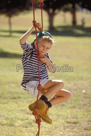 portrait outdoor parkszene blonder junge mit