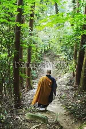 rueckansicht des buddhistischen moenchs mit rasierem