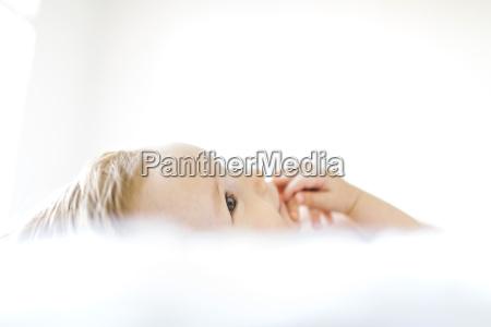 entspannung bett horizontal baby saeugling seitenansicht