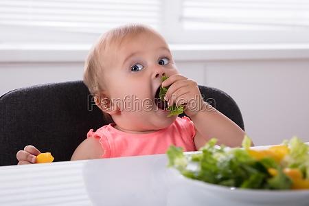 baby das gesundes lebensmittel isst