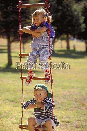 outdoor parkszene blondes maedchen und junge