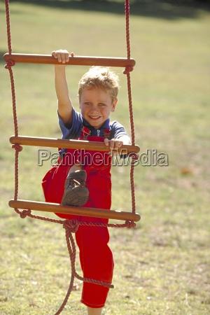 portrait outdoor blonder junge mit blauen