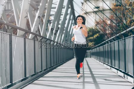 city workout schoene frau laeuft in