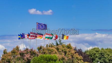 gruppe europaeischer flaggen die in der