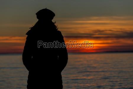 menschen silhouette auf dem sonnenuntergang licht