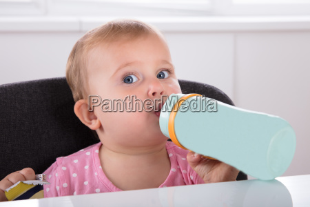baby maedchen trinkwasser aus der flasche