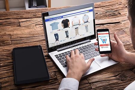 wirtschaftler der smartphone beim online kaufen