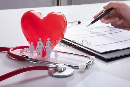 stethoskop familien papier ausgeschnitten und rotes