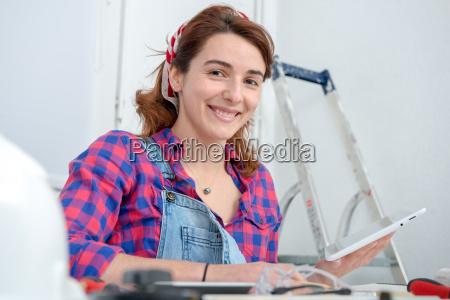 junge frau macht diy arbeit zu