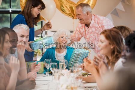 UEberraschende senioren geburtstagsparty