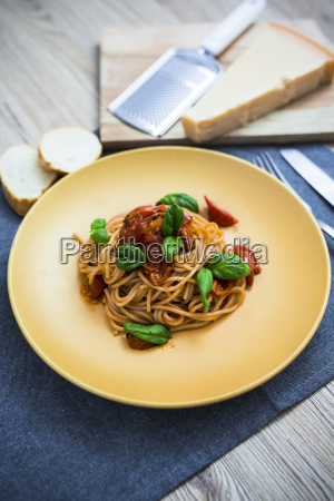 spaghetti with cherry tomatoes and basil