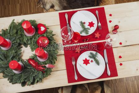 festlich gedeckter tisch fuer weihnachten