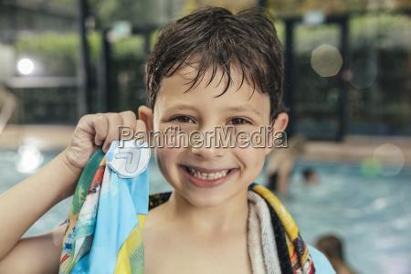 portraet des stolzen jungen seinen schwimmenausweis