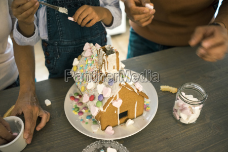 familiengeteis lebkuchenhaus in kueche zu weihnachten