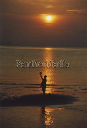 thailand ballspielen im sonnenuntergang
