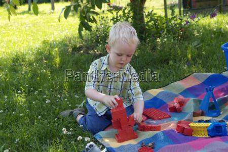 junge spielt mit lego