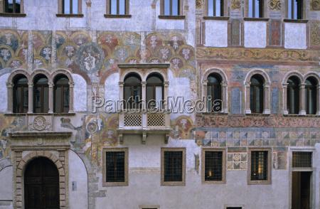 fassade eines gotischen stadthauses mit fresken