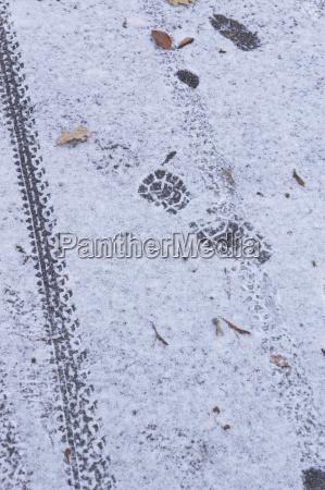 fussspur und radspur im schnee